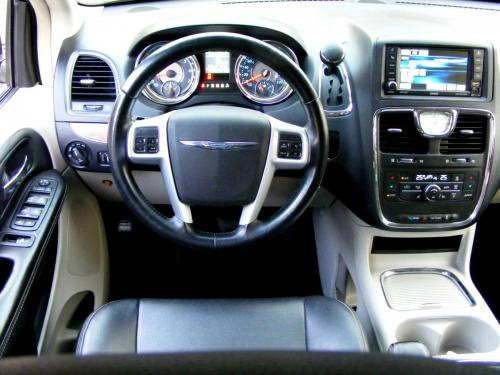 Chrysler Town  Country 2013 black (1)